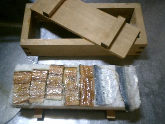 01) 左のアナゴ蒲焼が足りなかったので、鰯の酢締めを補填した。
